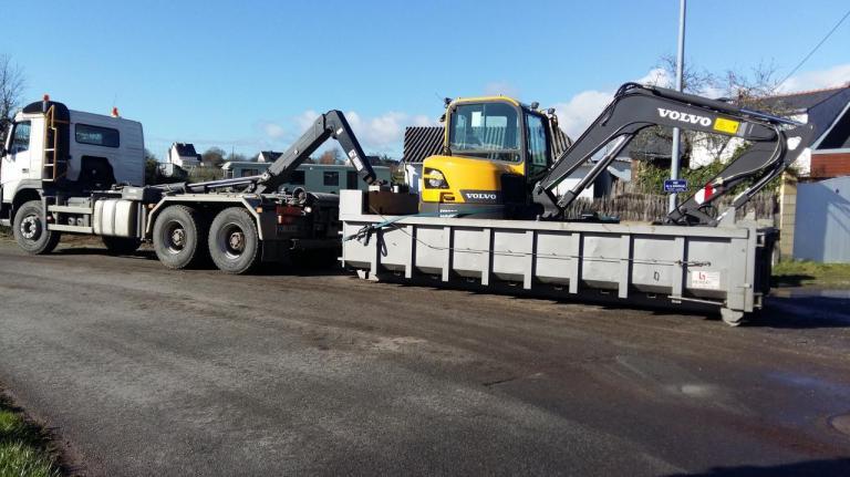 camion ampiroll et pelle 6 tonnes